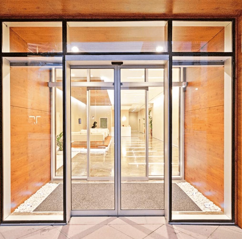 Раздвижные алюминиевые двери с автоматикой