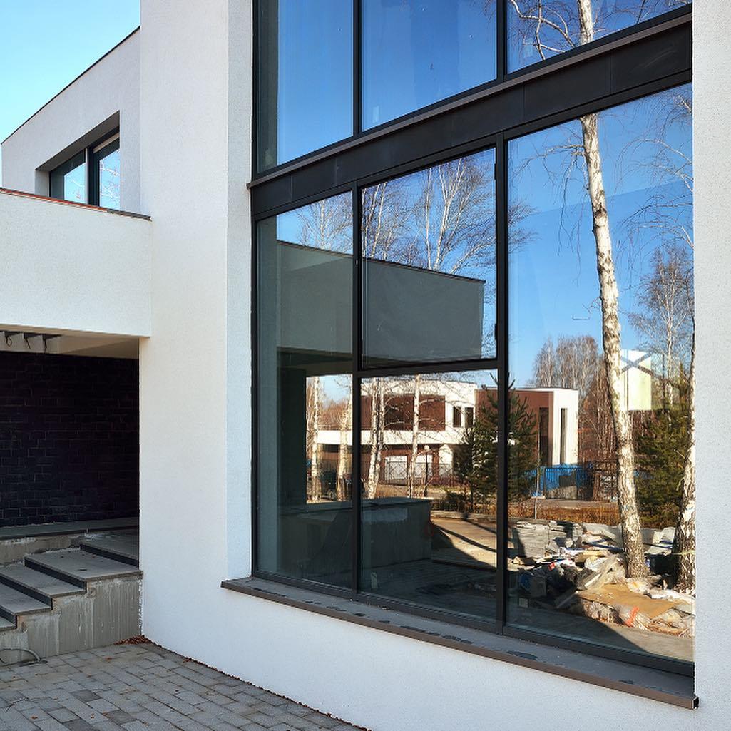 Ещё один реализованный нами проект! Здесь мы поставили витражные окна, двери и гаражные ворота.
